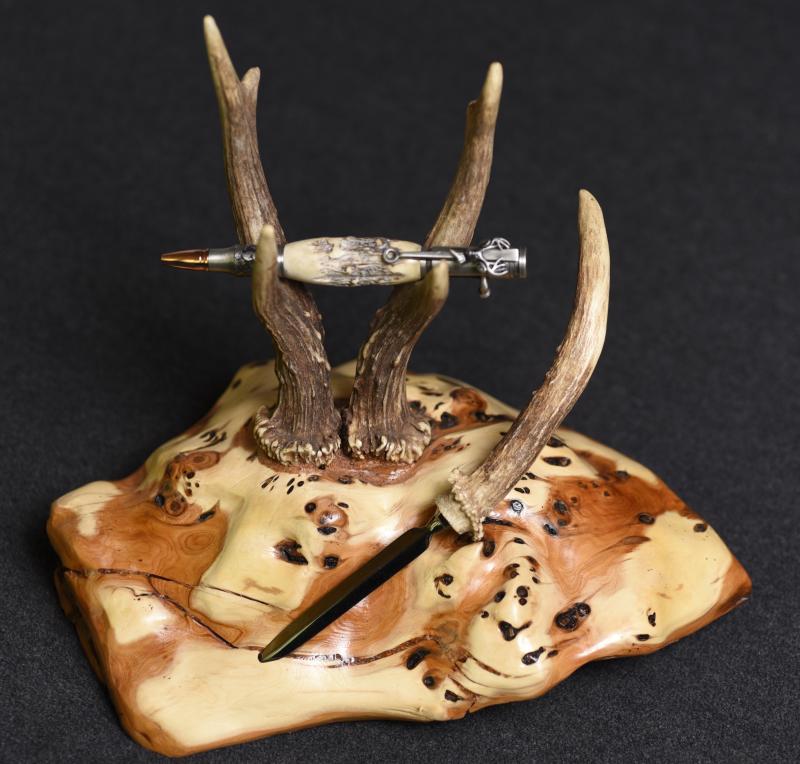 Stylo et coupe-papier dans le thème de la chasse sur un magnifique présentoir